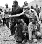 Inmigrantes recién llegados a Fuerteventura son detenidos por la Guardia Civil. Fotografía de Javier Bauluz / Piravan