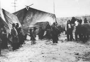 Romaníes (gitanos) en frente de sus carpas. Rumania, 1936-1940. (Número de inventario del Bundesarchiv: 146-2001-16-20A).